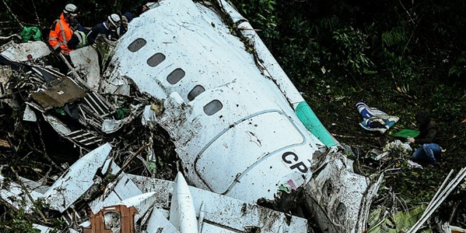 Los equipos de rescate trabajan para sacar cuerpos de los restos del avión accidentado, el martes 29 de noviembre en Cerro Gordo, al noreste de Colombia Foto:Raúl Arboleda/afp.com