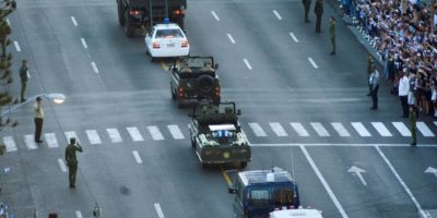 La caravana con las cenizas de Fidel Castro avanza por las calles de La Habana ante la mirada de miles personas, este miércoles 30 de noviembre en la capital de Cuba Foto:-/afp.com