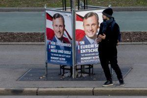 Un hombre espera para cruzar la carretera al lado de un poster de campaña con el retrato de Norbert Hofer, candidato presidencial austriaco por el Partido de la Libertad de Austria (FPÖ), en Viena, el 30 de noviembre de 2016 Foto:Joe Klamar/afp.com