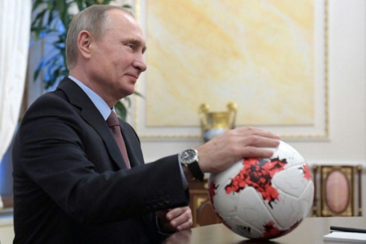 El presidente ruso, Vladimir Putin, coloca la mano sobre el balón oficial de un partido de la Copa Confederaciones el 25 de noviembre de 2016 en el Kremlin, en Moscú Foto:Alexey Druzhinin/afp.com