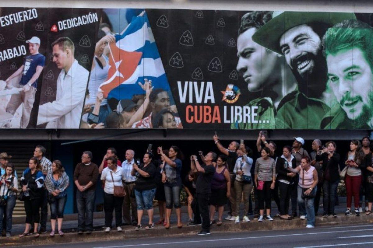El público saluda al paso de la urna que contiene las cenizas de Fidel Castro en La Habana el 30 de noviembre de 2016 Foto:Juan Barreto/afp.com