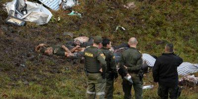 Unos policías observan los cadáveres de varios fallecidos en el accidente del avión de LAMIA, el martes 29 de noviembre en Cerro Gordo, al noreste de Colombia Foto:Raúl Arboleda/afp.com