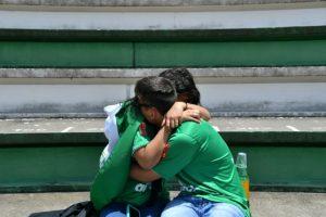 Una pareja aficionada del Chapecoense llora la tragedia del accidente aéreo ocurrido en Colombia, el martes 29 de noviembre en el estadio Arena Conda de Chapecó, al sur de Brasil Foto:Nelson Almeida/afp.com