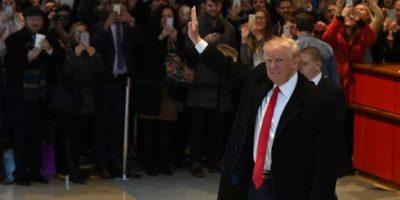 El presidente electo de EEUU, Donald Trump, saluda a la multitud después de una reunión con el New York Times, el 22 de noviembre de 2016 en Nueva York Foto:Timothy A. Clary/afp.com