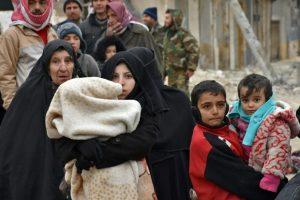 Habitantes sirios que huyen de la parte este de Alepo caminan por Masaken Hanano, antiguo bastión rebelde retomado por las fuerzas del régimen la pasada semana, el 30 de noviembre de 2016 Foto:George Ourfalian/afp.com