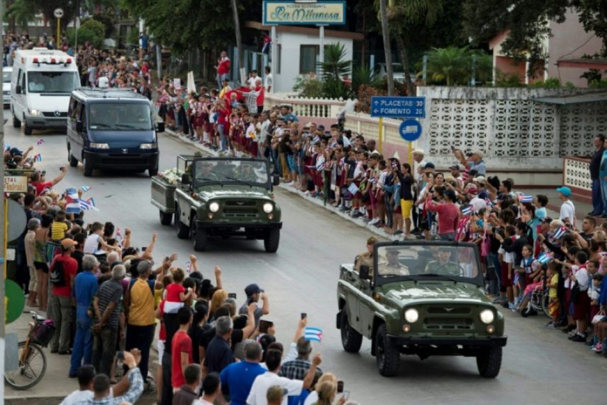 La caravana que lleva las cenizas de Fidel Castro pasa por Sancti Spiritus, Cuba, el 1º de diciembre de 2016 Foto:Juan BARRETO/afp.com