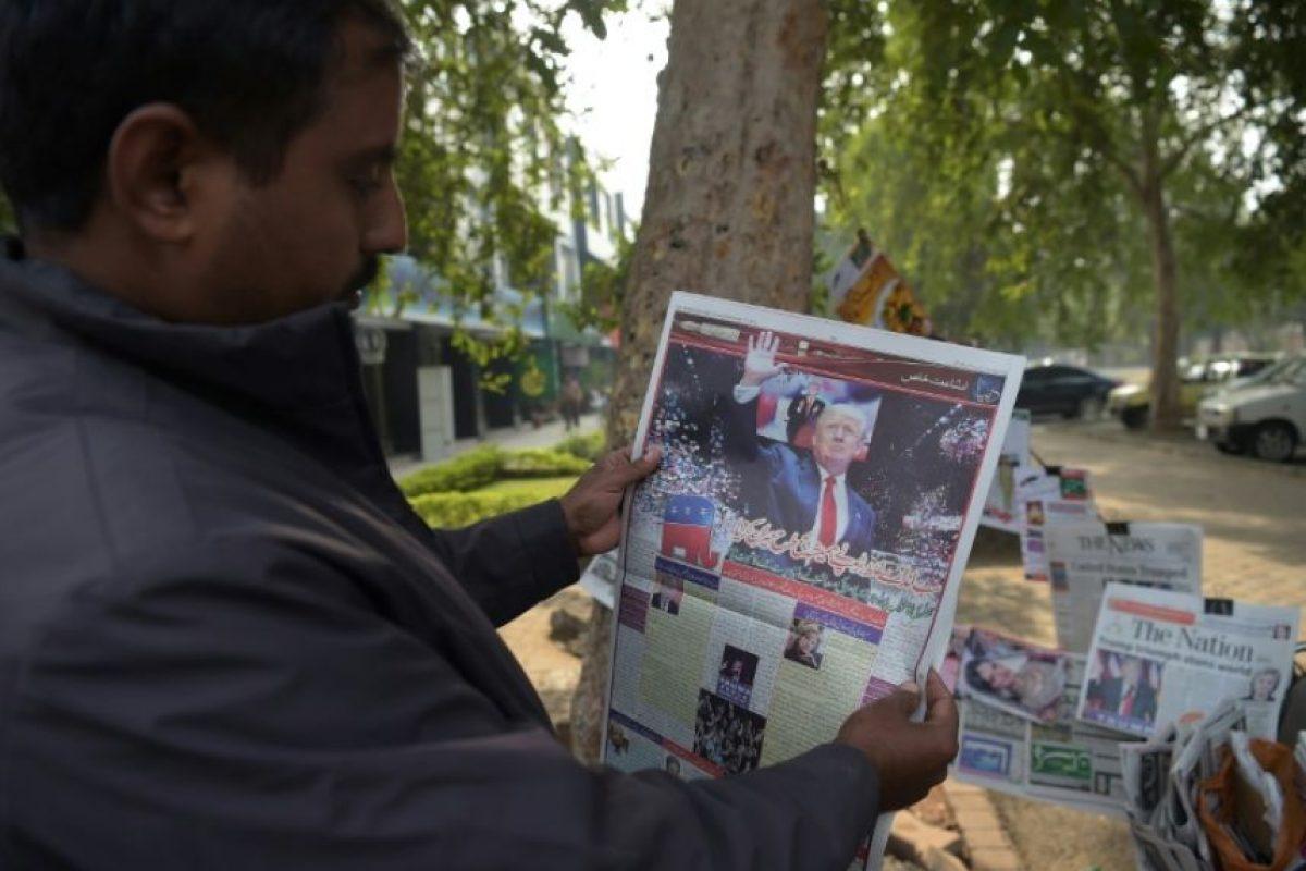 Un pakistaní lee el periódico con la portada de Donald Trump tras su victoria en las elecciones presidenciales de EEUU, en Islamabad, el 10 de noviembre de 2016 Foto:Aamir Qureshi/afp.com