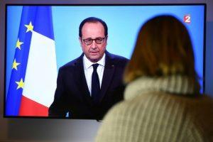 Una persona observa el discurso televisado de François Hollande en el que anuncia su renuncia a un segundo mandato el 1 de diciembre de 2016 en Rennes Foto:Damien Meyer/afp.com
