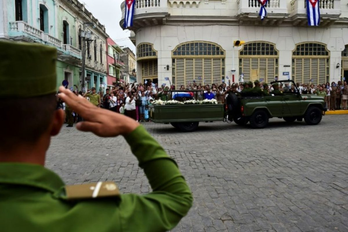 La urna con las cenizas del líder cubano Fidel Castro atraviesa en un vehículo Santa Clara en su viaje de cuatro días a lo largo de la isla para su entierro en Santiago de Cuba, el 1 de diciembre de 2016 Foto:Ronaldo Schemidt/afp.com