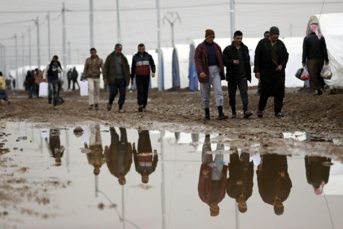 Iraquíes desplazados por la violencia entre los yihadistas del grupo Estado Islámico y las fuerzas del gobierno por retomar Mosul, entre el barro provocado por las lluvias, el 1 de diciembre de 2016 en el campo de Al-Jazir Foto:Thomas Coex/afp.com
