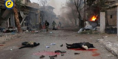 Dos cuerpos yacen en una calle del barrio de Jub al Qubeh de Alepo tras un ataque de artillería gubernamental, en una imagen de un vídeo divulgado el 30 de noviembre por la Defensa Civil Siria. La AFP no ha podido verificarlo de modo independiente Foto:HO/afp.com