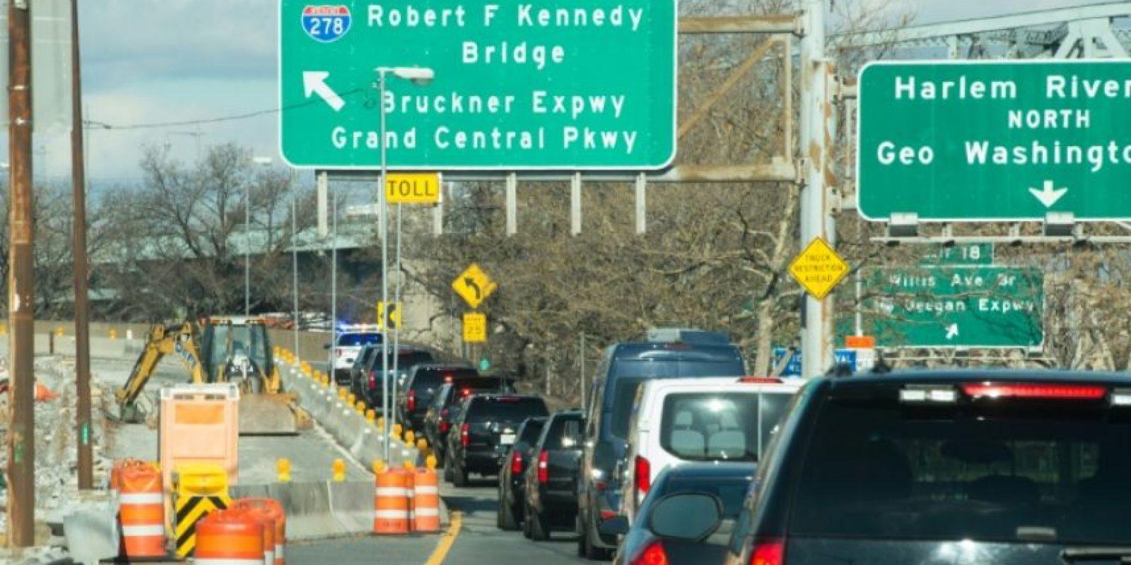 La caravana de vehículos del presidente electo estadounidense, Donald Trump, se dirige al aeropuerto neoyorquino de LaGuardia, el 1 de diciembre de 2016 Foto:Bryan R. Smith/afp.com