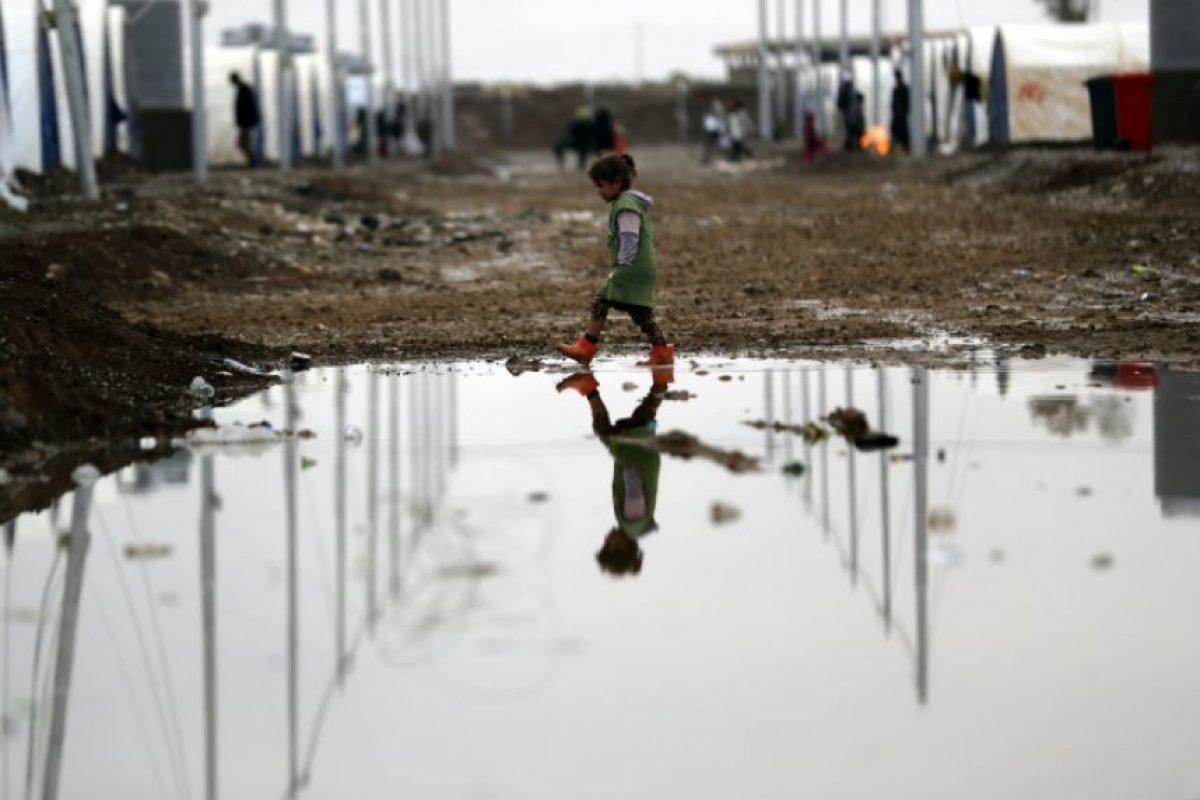 Una niña iraquí desplazada por la violencia de los combates entre los yihadistas del grupo Estado Islámico y las fuerzas del régimen iraquí, en un campo entre Arbil y Mosul, el 1 de diciembre de 2016 Foto:Thomas Coex/afp.com