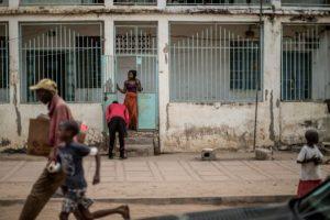 Una mujer en una calle de Banjul, en Gambia, durante un acto de apoyo al candidato presidencial de la oposición Adama Barrow, el 27 de noviembre de 2016 Foto:Marco Longari/afp.com