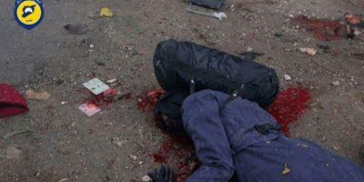 Un cadáver yace en una calle del barrio de Jub al Qubeh de Alepo tras un ataque de artillería gubernamental, en una imagen tomada de un vídeo divulgado el 30 de noviembre por la Defensa Civil Siria. La AFP no ha podido verificarlo de modo independiente Foto:HO/afp.com