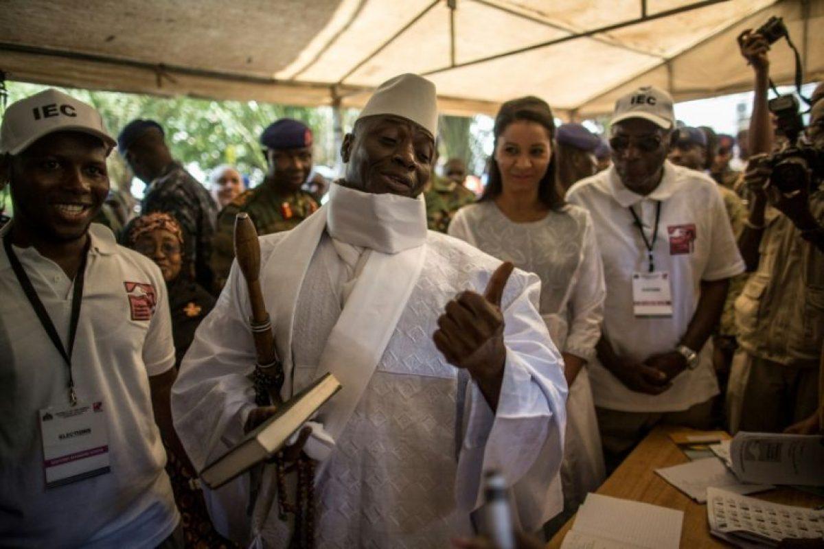 El presidente gambiano, Yahya Jammeh (centro), antes devotar en Banjul el 1 de diciembre de 2016 en los comicios donde busca su reelección Foto:Marco Longari/afp.com