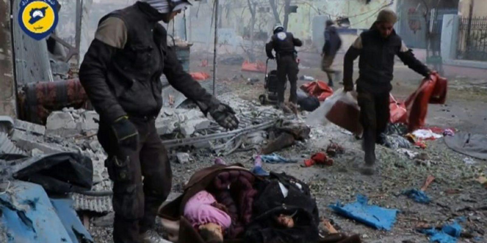 Cascos blancos cubren cadáveres en una calle del barrio de Jub al Qubeh de Alepo tras un ataque de artillería gubernamental, en una imagen de un vídeo divulgado el 30 de noviembre por la Defensa Civil Siria. La AFP no ha podido verificarlo de modo independiente Foto:HO/afp.com