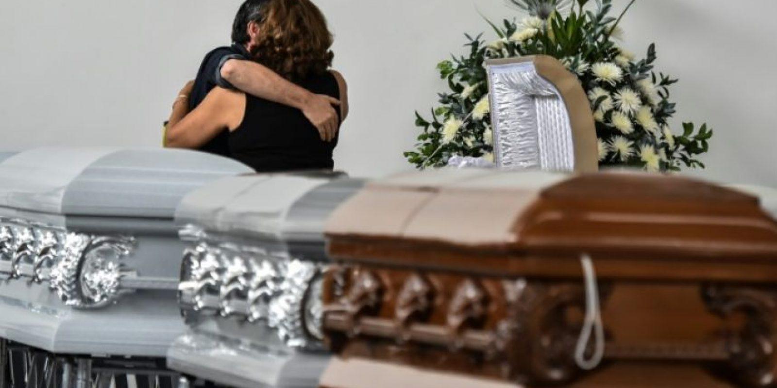 Familiares de Nilson Junior Folle, uno de los jugadores de Chapecoense muerto en el accidente aéreo, lloran su pérdida en San Vicente, Medellín, Colombia, el 30 de noviembre de 2016 Foto:LUIS ACOSTA/afp.com