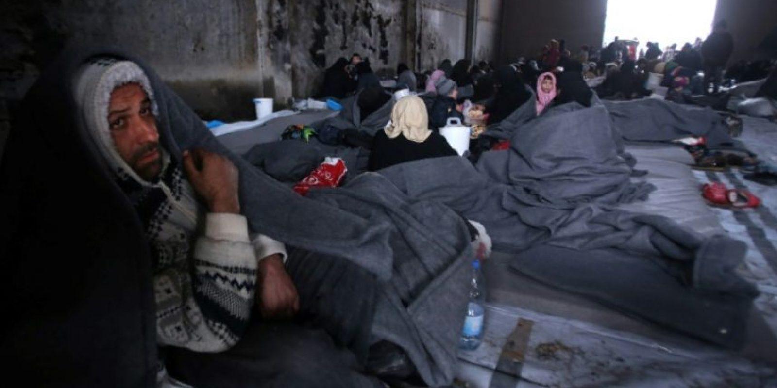 Refugiados sirios desplazados por el avance de tropas del régimen sobre áreas rebeldes de Alepo, en Jibrin, un barrio al este de esa ciudad, el 1 de diciembre de 2016 Foto:Youssef Karwashan/afp.com