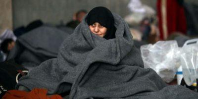 Una mujer siria que huyó de las áreas controladas por los rebeldes en Alepo se arropa con una manta en un refugio de Jibrin, al este del bastión sirio, el 1 de diciembre de 2016 Foto:Youssef Karwashan/afp.com