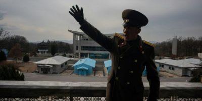 Un soldado norcoreano gesticula frente a la zona desmilitarizada de seguridad que separa su país de Corea del Sur, el pasado 30 de noviembre en Panmunjom, cerca de Kaesong (Corea del Norte) Foto:Ed Jones/afp.com