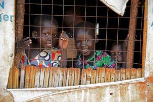Niños refugiados sursudaneses tras una ventana, en el centro de tránsito de Nyumanzi, en Adjumani (Uganda), el 13 de julio de 2016 Foto:Isaac Kasamani/afp.com