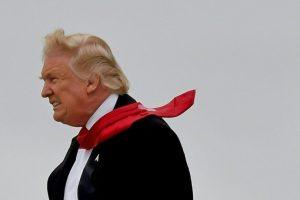 El presidente electo Donald Trump, con un fuerte viento de cara, llega al aeropuerto de Indianápolis (noreste de EEUU) el jueves 1 de diciembre Foto:Timothy A. Clary/afp.com