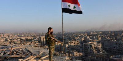 Un combatiente de las fuerzas gubernamentales observa Alepo desde la azotea de un edificio del barrio de Bustan al Basha, el pasado 28 de noviembre en la ciudad del norte de Siria Foto:George Ourfalian/afp.com