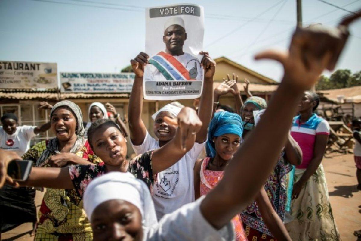 El candidato opositor a la presidencia de Gambia, Adama Barrow, declarado ganador de la elección, celebran esta victoria en las calles de Serekunda, el 2 de diciembre de 2016 Foto:Marco Longari/afp.com