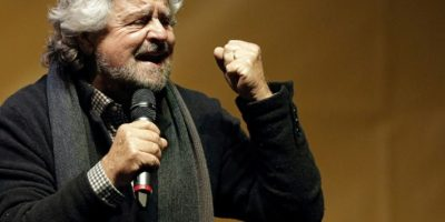 Beppe Grillo, líder del Movimiento Cinco Estrellas, da un discurso en un mítin a favor del 'no' en el referéndum sobre una reforma constitucional, el 2 de diciembre de 2016 en la Piazza San Carlo de Turín Foto:Marco Bertorello/afp.com