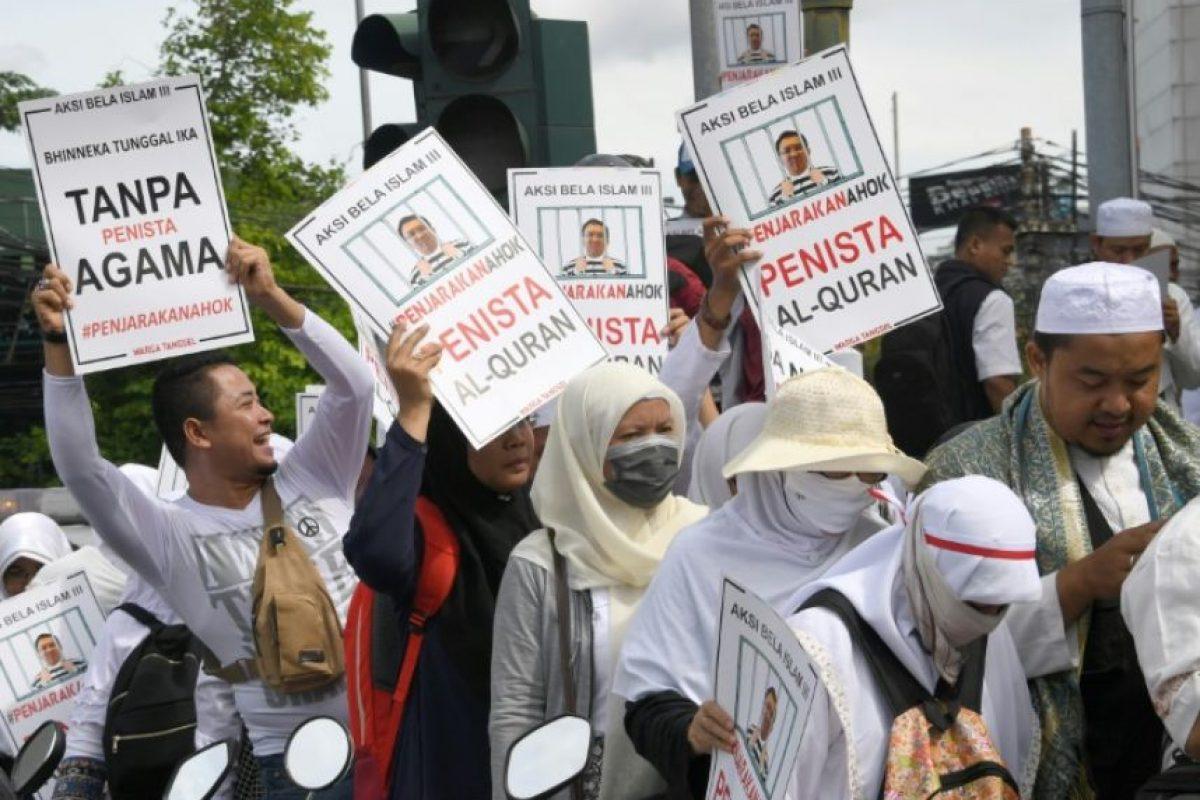 Varios manifestantes protestan en contra del gobernador cristiano de Yakarta, Basuki Tjahaja Purnama, conocido como Ahok, en la capital indonesa, el 2 de diciembre de 2016 Foto:Goh Chai Hin/afp.com