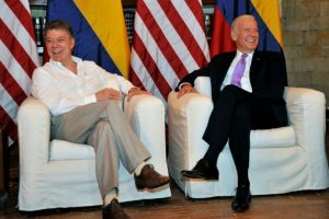 El presidente de Colombia Juan Manuel Santos (I) junto al vicepresidente de Estados Unidos Joe Biden en la Casa de Huéspedes Ilustres en Cartagena el 1 de diciembre de 2016 Foto:Guillermo Legaria/afp.com