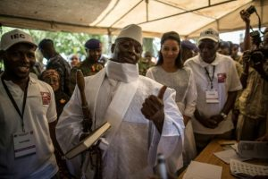 El presidente gambiano saliente, Yahya Jameh (centro), antes de votar en Banjul el 1 de diciembre de 2016 Foto:Marco Longari/afp.com