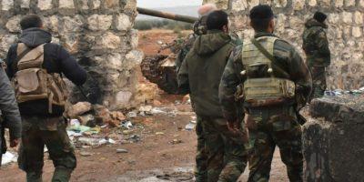Miembros de las fuerzas progubernamentales sirias en Cheij Said, en Alepo, durante su avance a los límites del sureste de la dividida ciudad del norte de Siria, el 30 de noviembre de 2016 Foto:George Ourfalian/afp.com