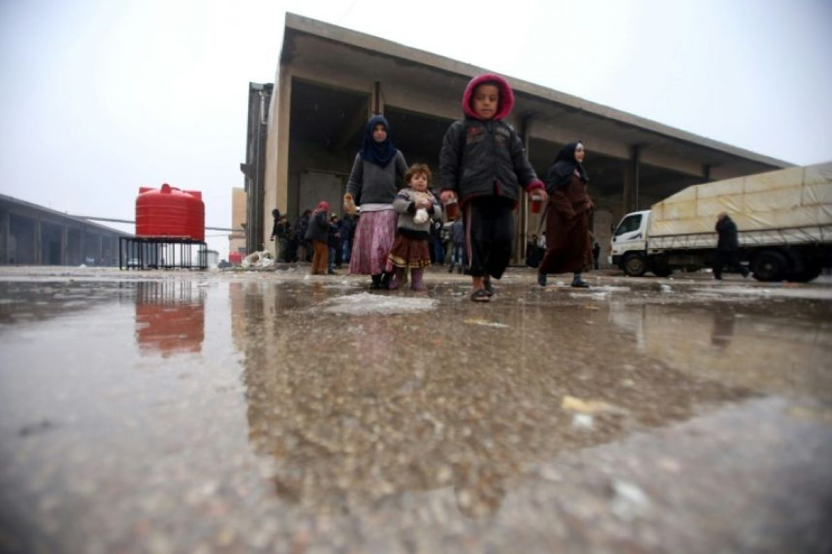 Niños sirios que huyeron con sus familias de Alepo ante el avance fulgurante de las fuerzas del régimen, en un refugio en Jibrin, al este de la ciudad siria, el 1 de diciembre de 2016 Foto:Youssef Karwashan/afp.com