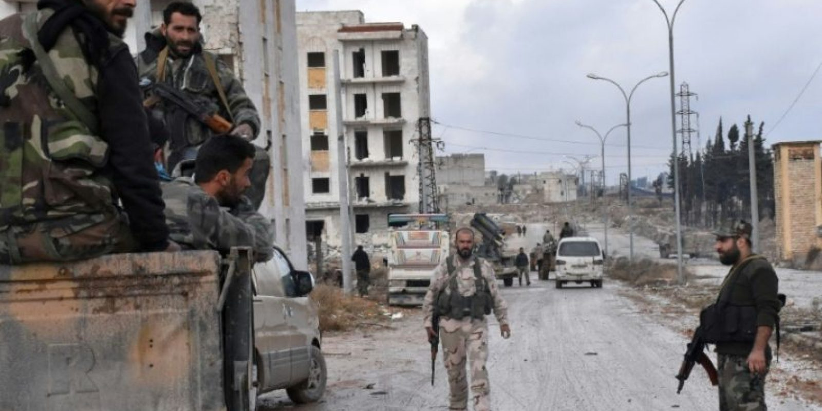 Las fuerzas progubernamentales sirias se instalan en el barrio de Sakan al Shababi, en el este de Alepo, el 2 de diciembre de 2016, tras haberle arrebatado el control a los rebeldes Foto:George Ourfalian/afp.com