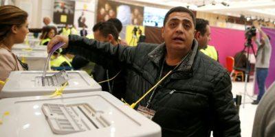 Un miembro del partido palestino Fatah llega para emitir su voto en la sede de la Autoridad Palestina, Muqataa, en la ciudad de Ramala, en la Cisjordania ocupada por Israel, el 3 de diciembre de 2016. Foto:AHMAD GHARABLI/afp.com