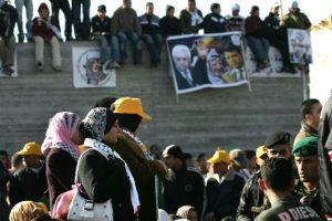 Palestinos exhiben un gran cartel que muestra al líder palestino Mahmud Abas (I), y al diputado de Fatah Mohamed Dahlan (D), durante un mitin en la ciudad cisjordana de Ramala, para conmemorar el 42 aniversario del movimiento Fatah, el 11 de enero 2007. Foto:PEDRO UGARTE/afp.com