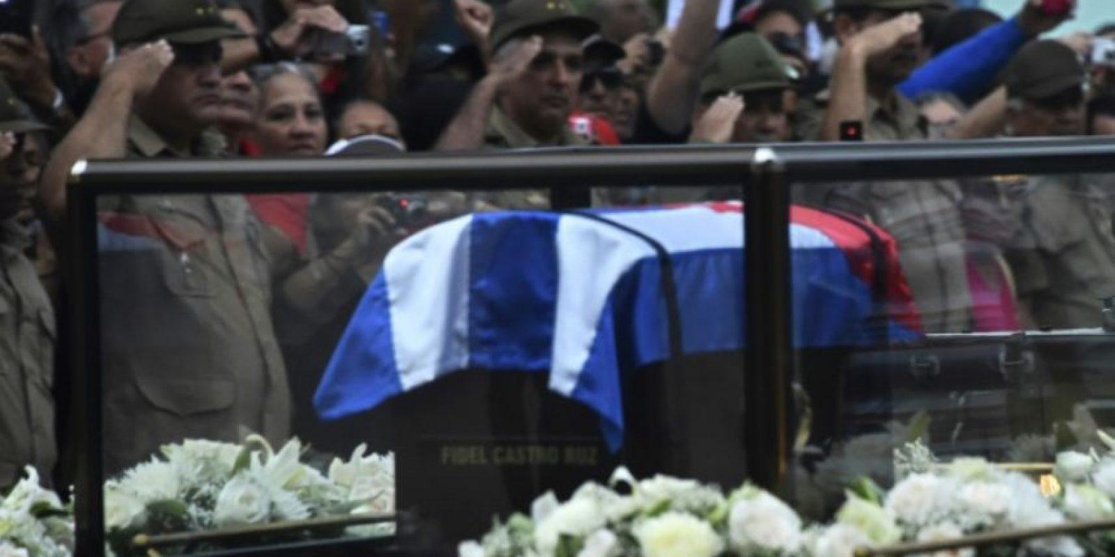 La urna con las cenizas del expresidente cubano Fidel Castro, a su paso por la localidad de Bayamo, durante su cortejo fúnebre antes de su funeral, el 3 de diciembre de 2016 Foto:Rodrigo Arangua/afp.com
