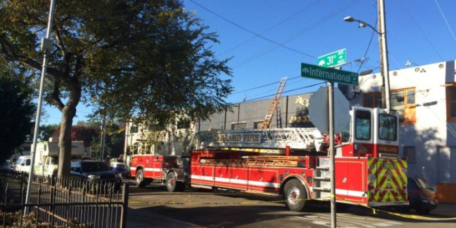 Bomberos de Oakland, en California, inspeccionan el almacén en el que se registró un mortal incendio durante una fiesta, el 3 de diciembre de 2016 Foto:Virginie GOUBIER/afp.com