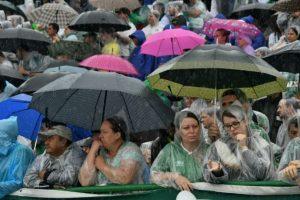 Varias personas esperan la llegada de los restos mortales de los futbolistas del Chapecoense fallecidos en un accidente aéreo en Colombia, el 3 de diciembre de 2016 en Chapecó, en el sur de Brasil Foto:Nelson Almeida/afp.com