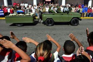 Unos escolares saludan al paso de la urna con las cenizas de Fidel Castro en Santiago de Cuba, el 3 de diciembre de 2016 Foto:Ronaldo Schemidt/afp.com