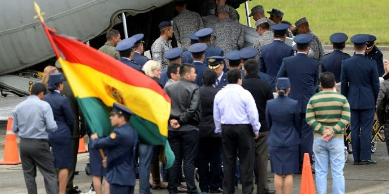 Integrantes de la Fuerza Aérea llevan los ataúdes de las víctimas después del accidente con el plantel de Chapecoense, el 2 de diciembre de 2016 en Rionegro, Colombia Foto:Raúl Arboleda/afp.com