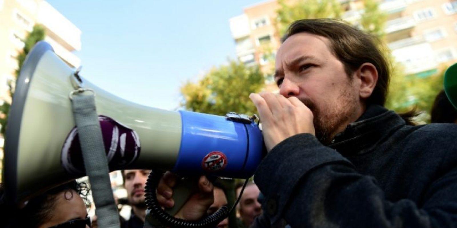 El líder del partido de izquierda Podemos, Pablo Iglesias utiliza un megáfono durante una manifestación frente a la empresa energética Unión Fenosa, en Madrid, el 19 de noviembre de 2016 Foto:PIERRE-PHILIPPE MARCOU/afp.com