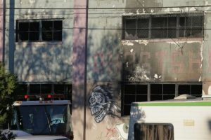 Unas ventanas calcinadas del edificio del barrio de Fruitvale de Oakland (California, EEUU) donde se registró el incendio, fotografiadas el 3 de diciembre de 2016 Foto:Elijah Nouvelage/afp.com