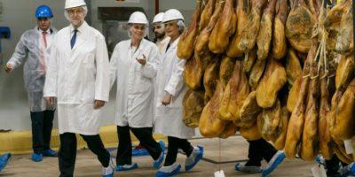 El presidente del Gobierno en funciones, Mariano Rajoy, visita una empresa de jamones el pasado 2 de junio en Burgos Foto:César Manso/afp.com