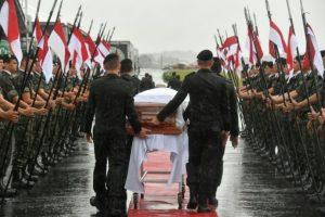 Un cortejo militar de honor recibe los ataúdes de los miembros del club de fútbol brasileño Chapecoense fallecidos en un accidente aéreo en Colombia, el sábado 3 de diciembre de 2016 en Chapecó, en el sur de Brasil Foto:Nelson Almeida/afp.com