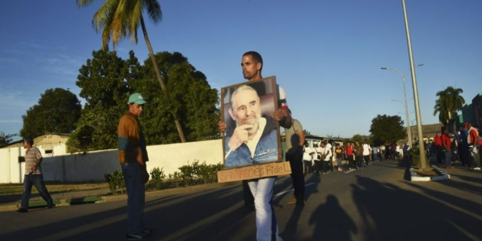 Un cubano con una fotografía del expresidente Fidel Castro, el 4 de diciembre de 2016 en la plaza de la Revolución de Santiago de Cuba Foto:Rodrigo Arangua/afp.com