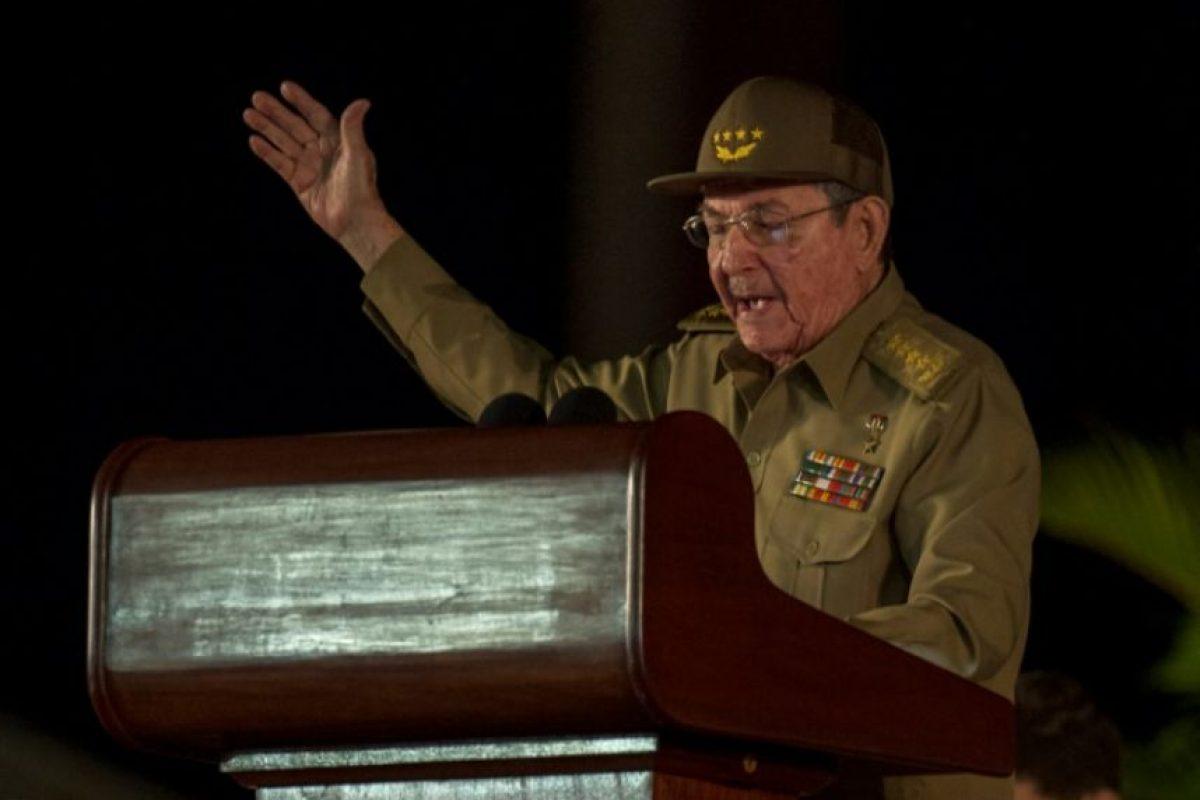 El presidente cubano Raúl Castro pronuncia un discurso durante la última ceremonia para rendir homenaje al difunto líder cubano, su hermano Fidel Castro, en Santiago de Cuba, el 3 de diciembre de 2016. Foto:JUAN BARRETO/afp.com
