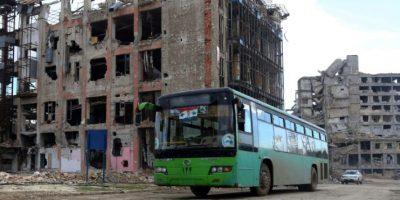 Un autobús procedente del oeste de Alepo circula por el barrio de Shihan, bajo control del gobierno, rumbo a la zona este el 3 de diciembre de 2016 Foto:Youssef Karwashan/afp.com